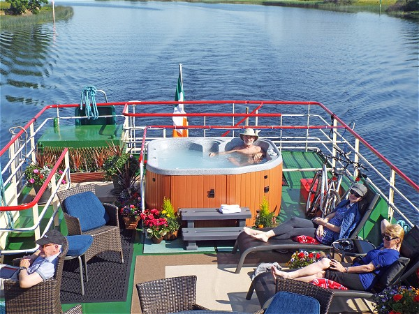 The large and comfortable sundeck with spa pool aboard the Shannon Princess II