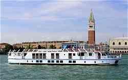 Luxury Hotel Barge La Bella Vita, cruising in Italy, between Venice and Mantua